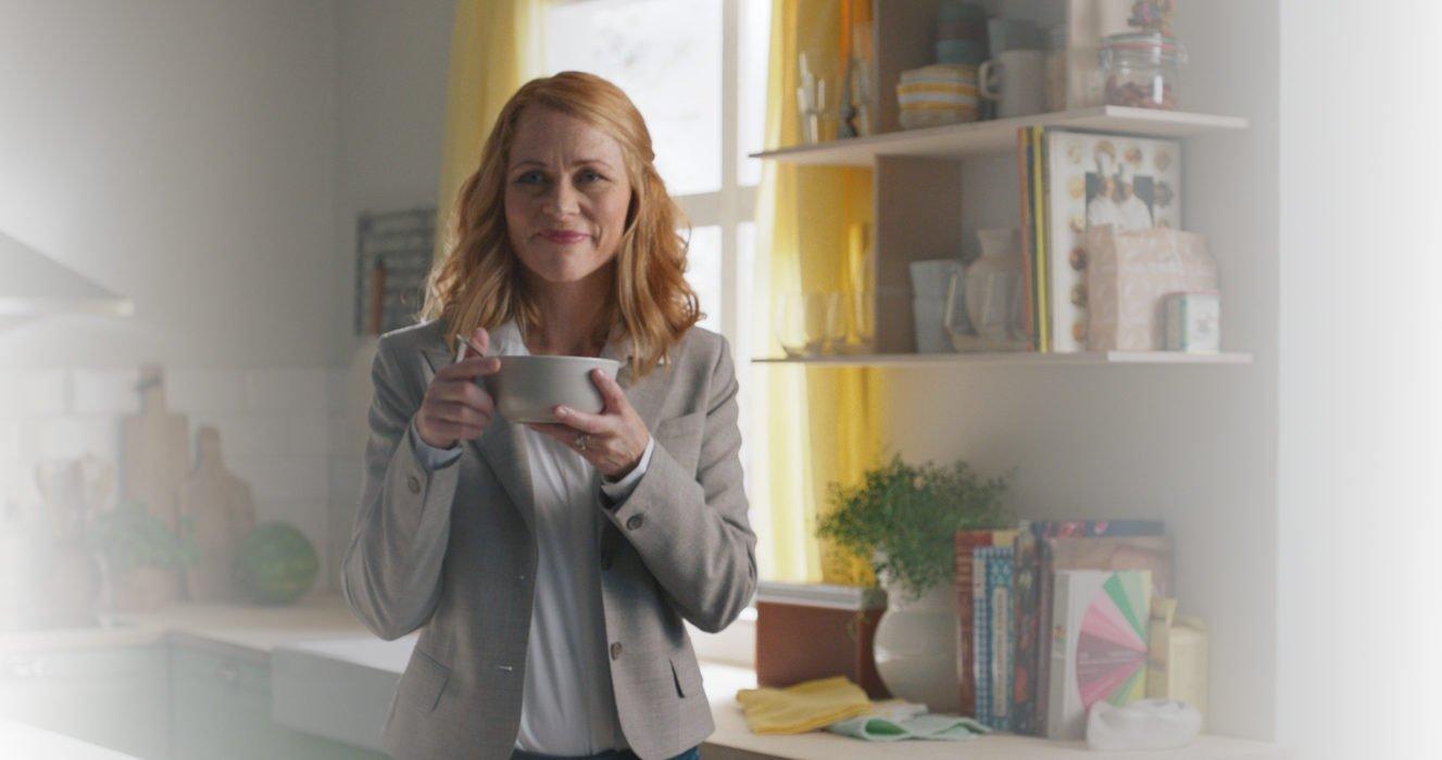 Husk fibre - kvinde der spiser youghurt med Husk